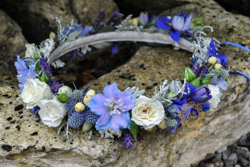wianek_ślubny_z_białych_i_niebieskich_kwiatów_abkwiaty_kraków