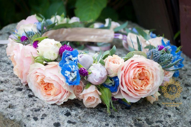 wianek_ślubny_z_brzoskwiniowych_i_niebieskich_kwiatów_abkwiaty_kraków