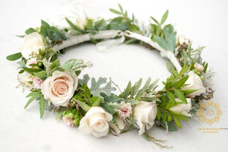 wianek_ślubny_z_kremowych_i_pudroworóżowych_kwiatów_abkwiaty_kraków