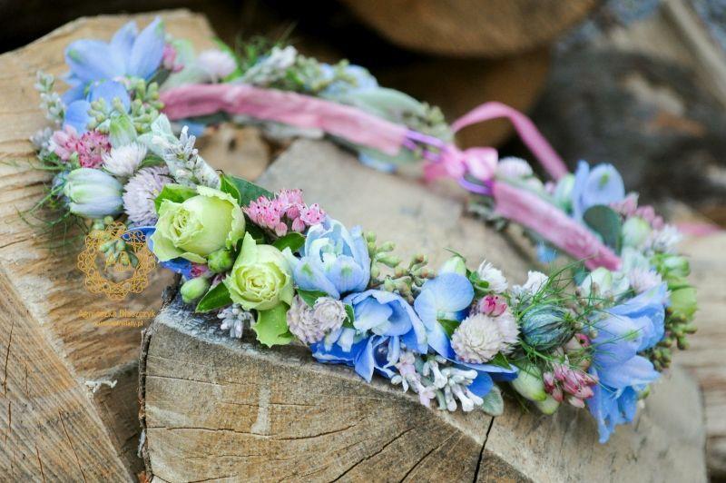 wianek_ślubny_z_niebieskich_i_różowych_kwiatów_abkwiaty_kraków