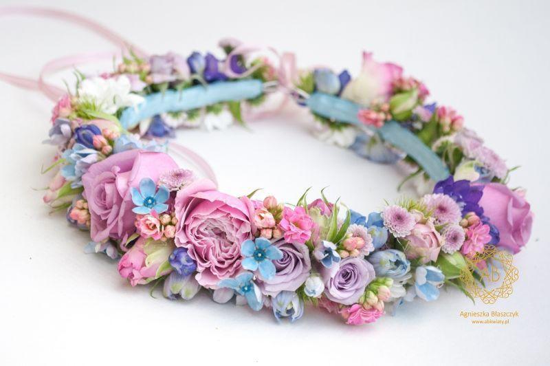 wianek_ślubny_z_pastelowych_różowych_niebieskich_kwiatów_abkwiaty_kraków