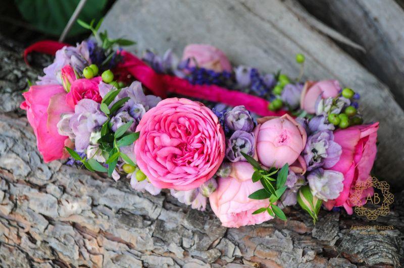 wianek_ślubny_z_różowych_i_fioletowych_kwiatów_abkwiaty_kraków