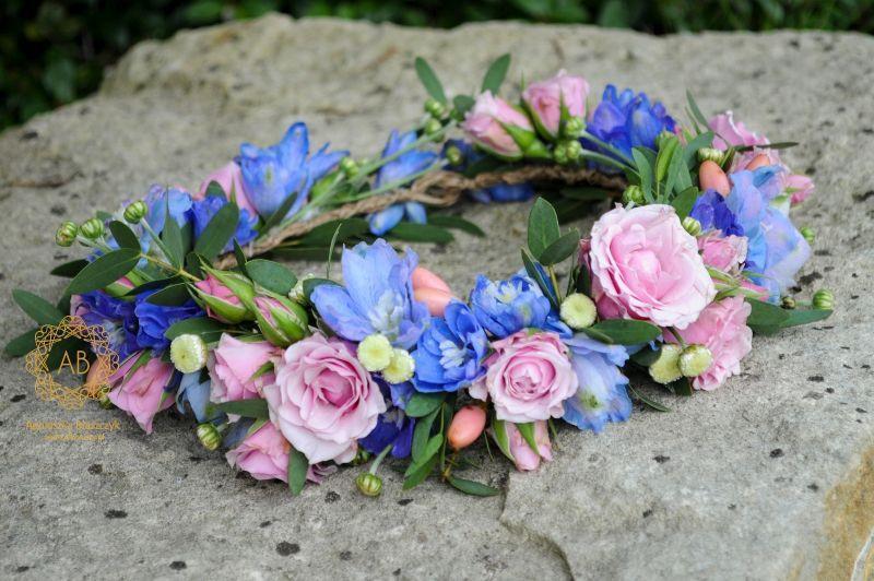 wianek_ślubny_z_różowych_i_niebieskich_kwiatów_abkwiaty_kraków