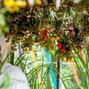 """""""Ustrojenie"""" - kwiatowa instalacja artystyczna"""