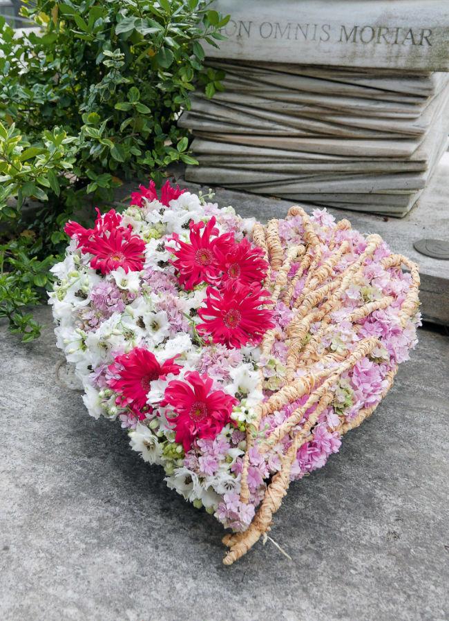 serce z kwiatów na grób