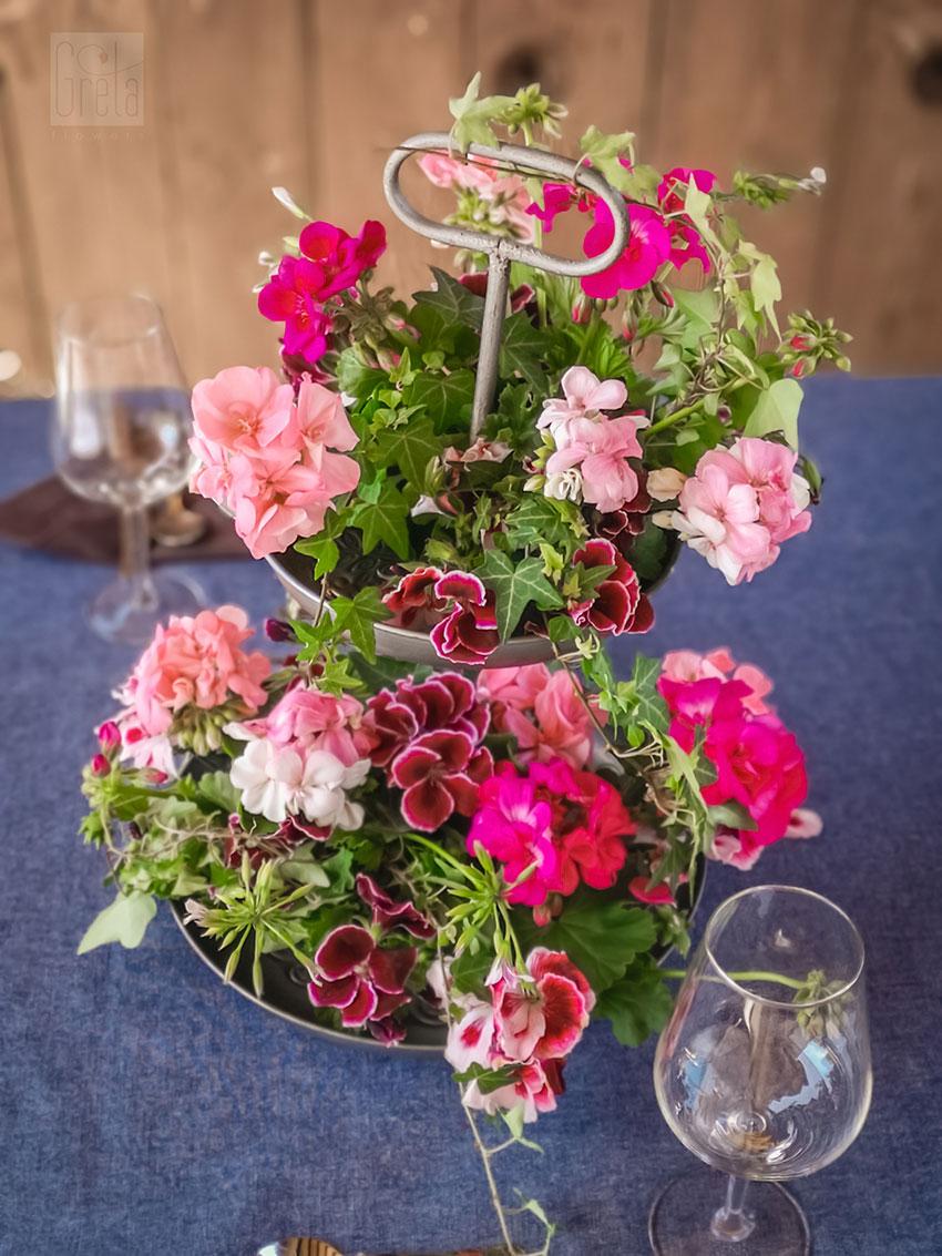 Dekoracja stołu z pelargonią