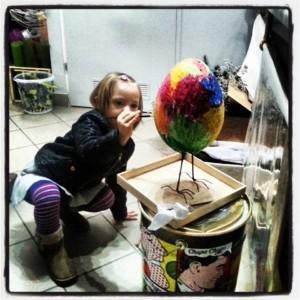 Mała dziewczynka i wielkie jajo