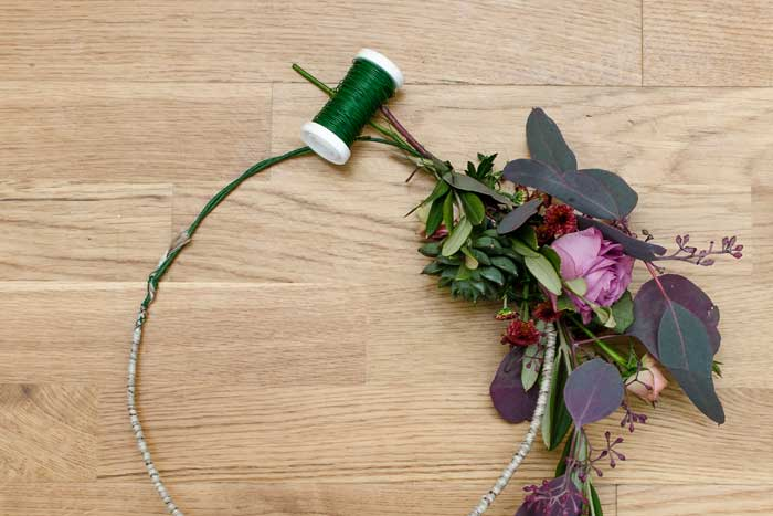 koszyczek z kwiatów zamiast bukietu ślubnego