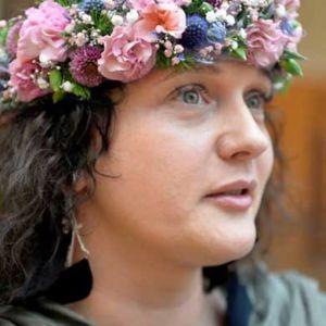 Słowiańskie dziewczyny mają kwiaty we włosach