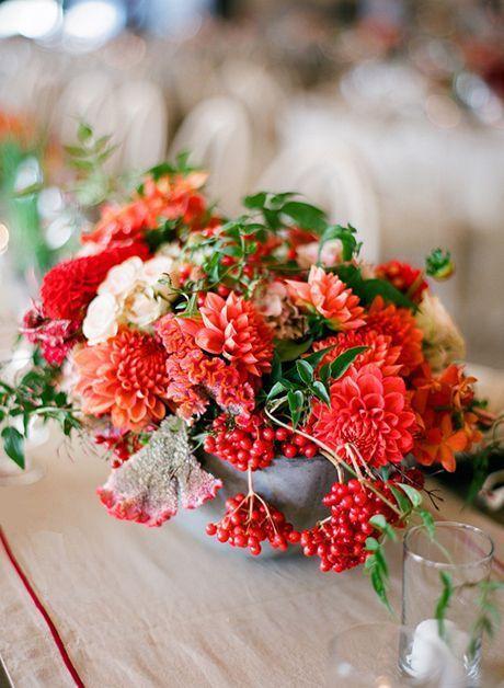 Owoce kaliny koralowej w dekoracji stołu fot. Pinterest.com