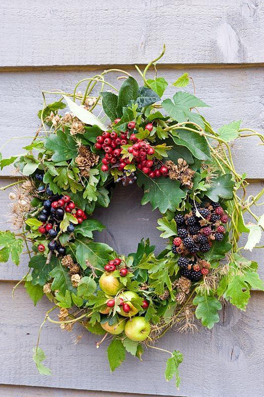Wianek z rajskimi jabłuszkami, jeżynami, owocami głogu fot. Pinterest.com
