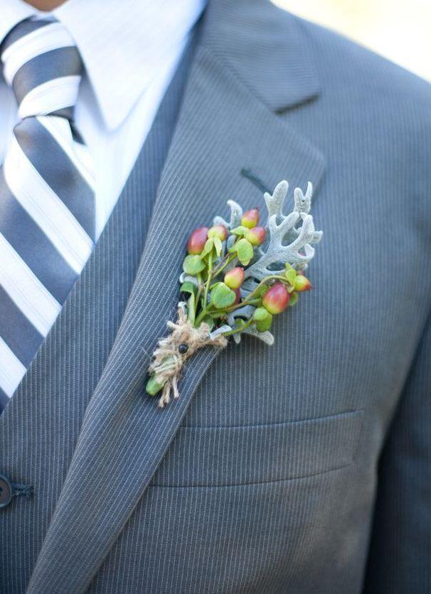 Przypinka z owocami dziurawca fot. Theknot.com