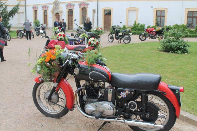 kwiatowa dekoracja motocykla