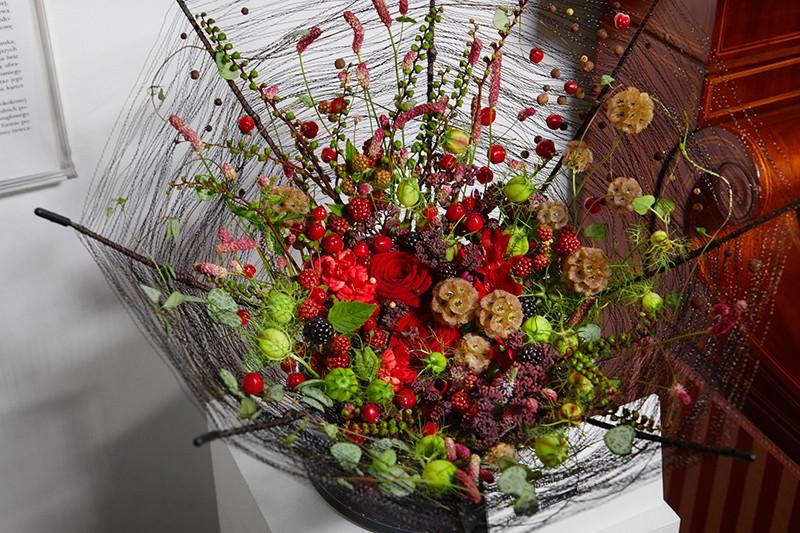 """Interpretacja florystyczna obrazu  """"Czerwona parasolka""""."""