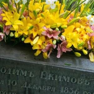 wieniec nagrobny z liliami