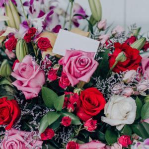 Idealne rozwiązanie dla kwiaciarni: gąbka która tworzy rezerwuar wody