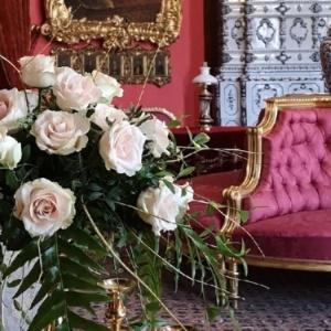 Róża Avalanche i jej florystyczna oprawa