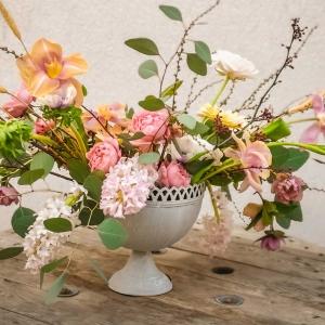 kwiatowa kompozycja w naczyniu