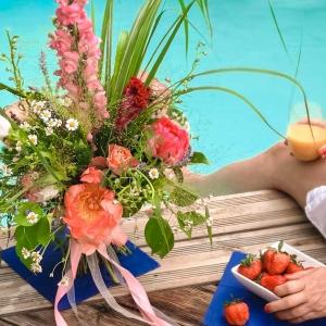 Lato pełne kwiatów: leniwy urlop przy basenie